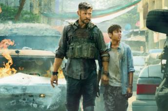 Chris Hemsworth e il giovane Rudhraksh Jaiswal in una scena di Tyler Rake