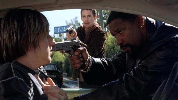 Training Day: Ethan Hawke e Denzel Washington in una scena del film