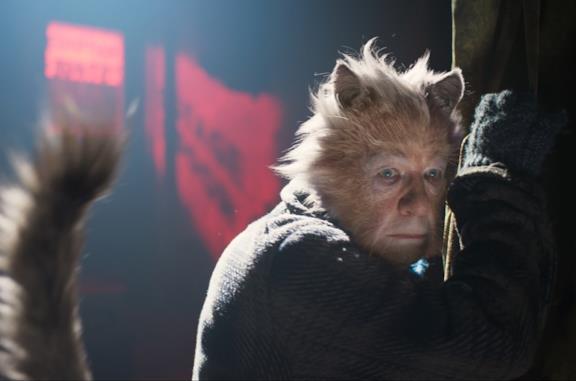 Ian McKellen in una scena del film Cats