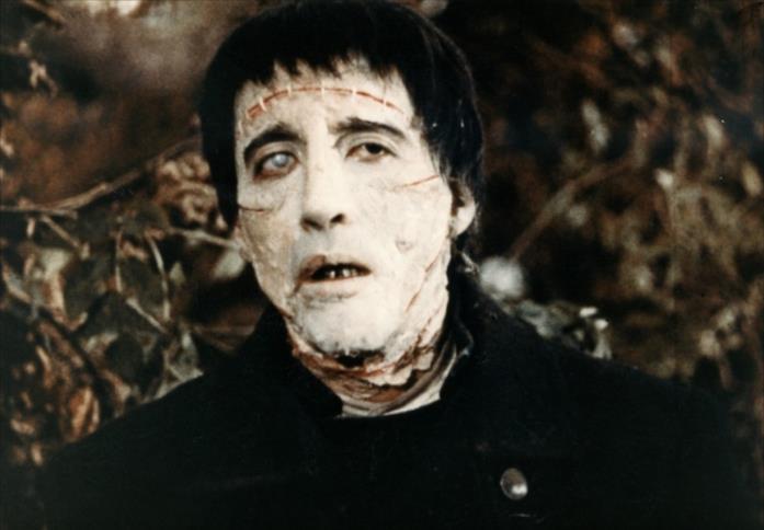 Christopher Lee in una scena de La maschera di Frankenstein