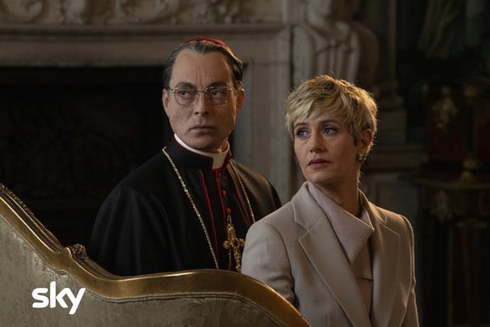Una scena di The New Pope con Maurizio Lombardi e Cécile de France