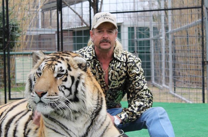 Joe Maldonado-Passage, meglio noto come Joe Exotic, con una delle sue tigri