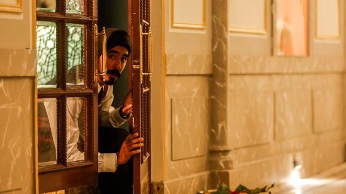 Dev Patel osserva la via di fuga