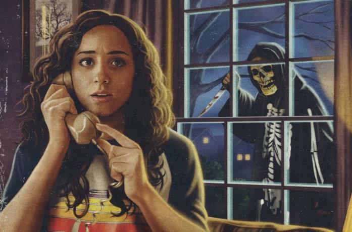 Kiana Madeira al telefono in Fear Street