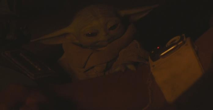 Il potere curativo di Baby Yoda in una scena della serie The Mandalorian