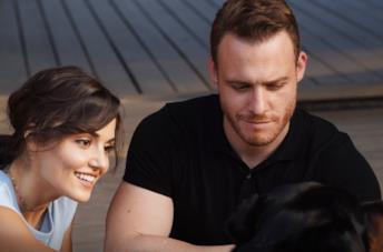 Hande Erçel e Kerem Bürsin in una scena della serie