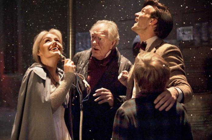 Il cast di Doctor Who in una scena