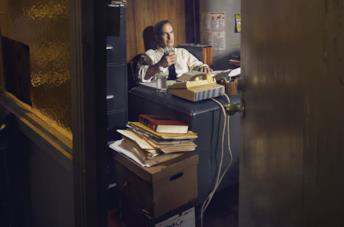 Bob Odenkirk alla scrivania in una scena di Better Call Saul