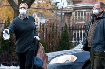 Anna Jacoby-Heron e Matt Damon in una scena del film Contagion