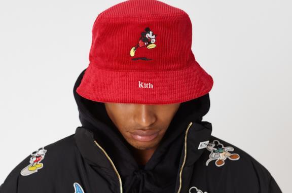 Un modello indossa cappello e cappotto della collezione KITH x Disney