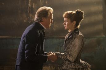 Bill Nighy e Olivia Cooke in una scena del film The Limehouse Golem - Mistero sul Tamigi