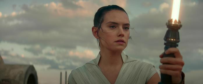 Rey attiva la sua spada laser alla fine di Episodio IX