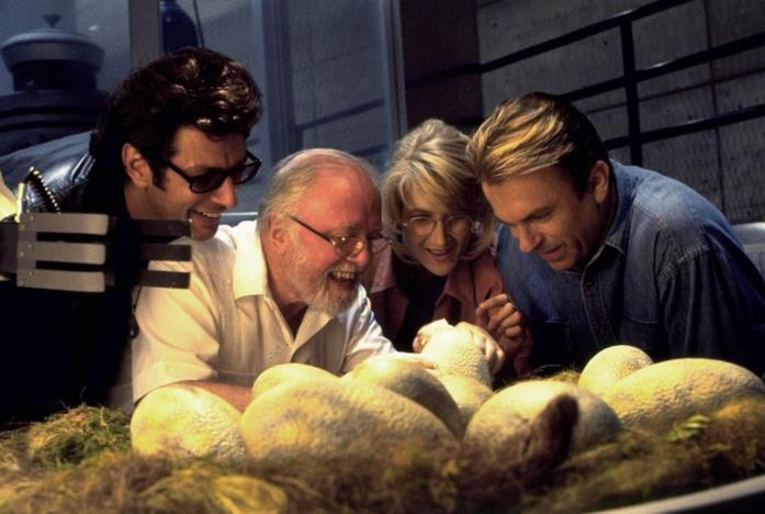 I protagonisti di Jurassic Park osservano la nascita dei dinosauri