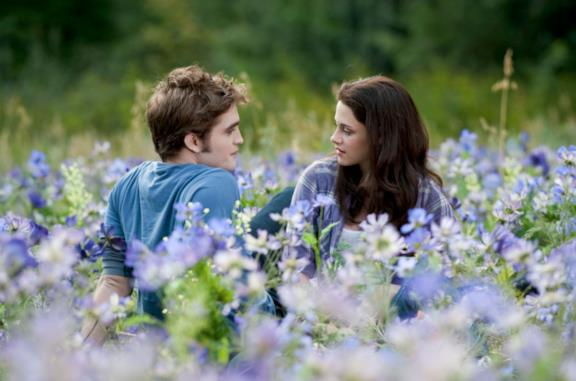 Una scena di Twilight con Bella ed Edward tra i fiori