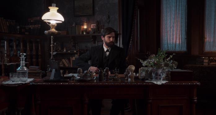 Freud si siede alla scrivania del suo studio