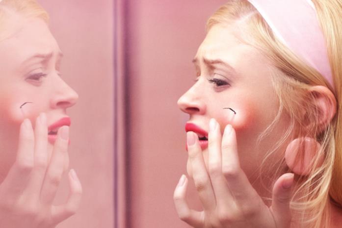 Una delle protagonista di Scary Stories To Tell in The Dark davanti lo specchio
