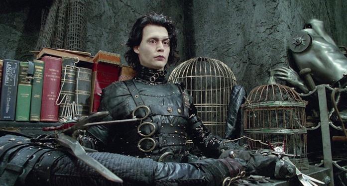 I vestiti di Edward mani di forbice sono neri e borchiati