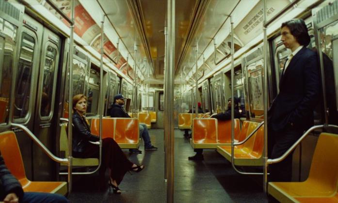 I protagonisti di Marriage Story rientrano con la metropolitana casa