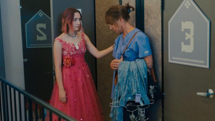 Lady Bird (con indosso il vestito del ballo) insieme a Marion fuori dal camerino di un negozio