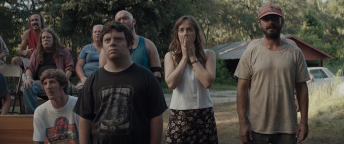 Il cast reagisce sorpreso a uno spettacolo di wrestling