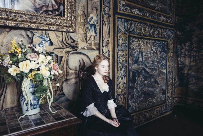 Emma Stone in una scena de La favorita