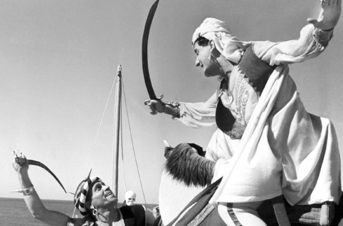 Alberto Sordi in una scena del film Lo sceicco bianco