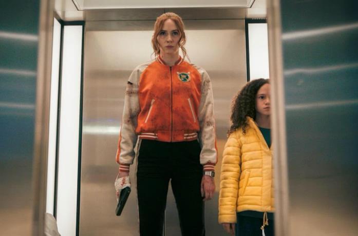 Karen Gillan e Chloe Coleman in una scena di Gunpowder Milkshake