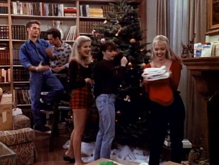 Jason Priestley, Luke Perry, Tori Spelling, Shannen Doherty e Jennie Garth davanti l'albero di Natale