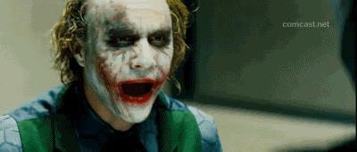 Il Joker di Heath Ledger ride nel film Il cavaliere oscuro