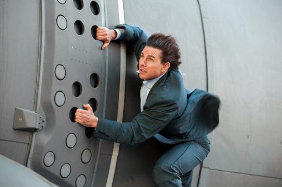 Tom Cruise durante uno stunt di Mission Impossible