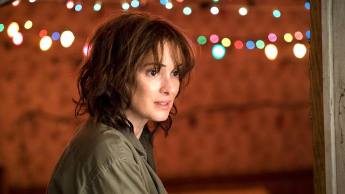 Wynona Ryder in Stranger Things 1 con lampadine colorate sullo sfondo