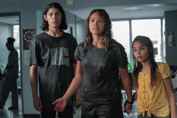 Una scena di Awake con Jill e i figli dopo l'incidente in auto