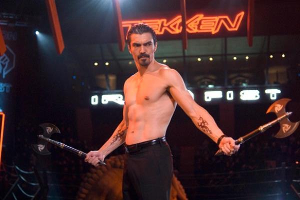 Ian Anthony Dale in una scena di combattimento di Tekken