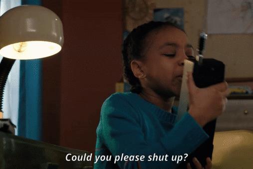 Erica parla nel walkie talkie in modo poco carino