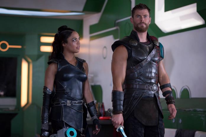 Chris Hemsworth e Tessa Thompson in Thor: Ragnarok