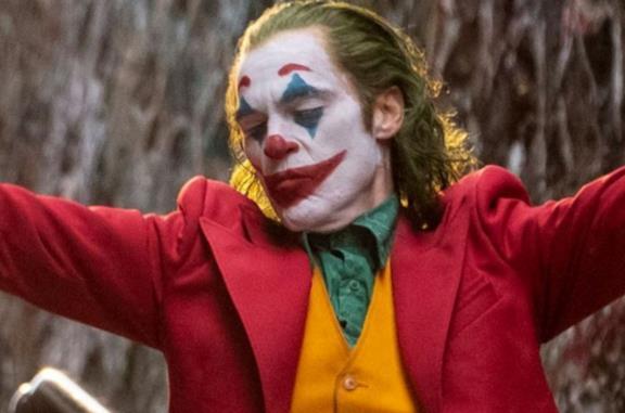 Una scena con Joker in primo piano