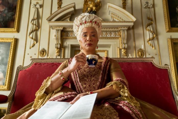 La regina Charlotte beve il té e legge gli ultimi pettegolezzi