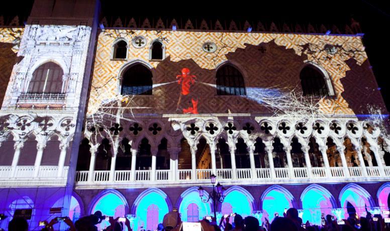 Spider-Man e le ragnatele di luce dell'evento a Piazza San Marco
