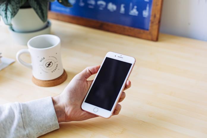 Una persona utilizza un iPhone 7 Oro Rosa