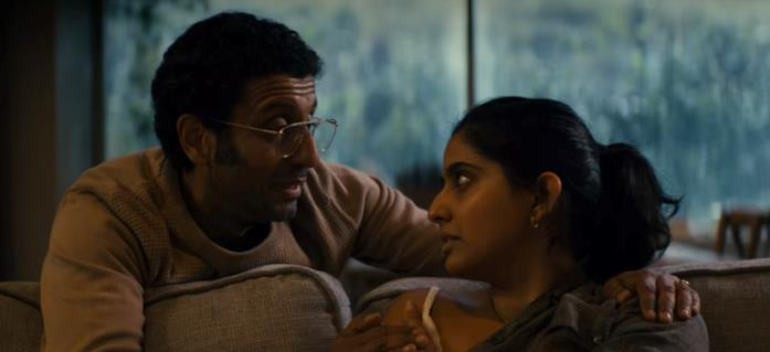 Aditya e Rani discutono sul divano di casa