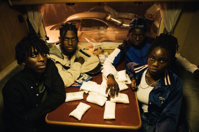 Bakary Diombera, Frank Onana, Aron e Tracy Gotoas in una scena di Rapinatori: La serie