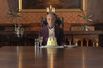 Jeremy Irons in una scena della serie TV Watchmen
