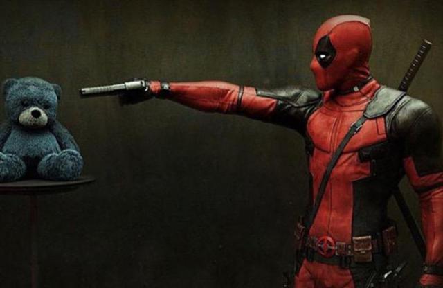 Deadpool punta la pistola contro un orsacchiotto