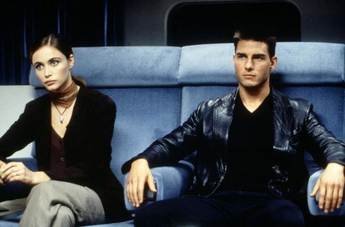 Tom Cruise ed Emmanuelle Béart in una scena di Mission: Impossible