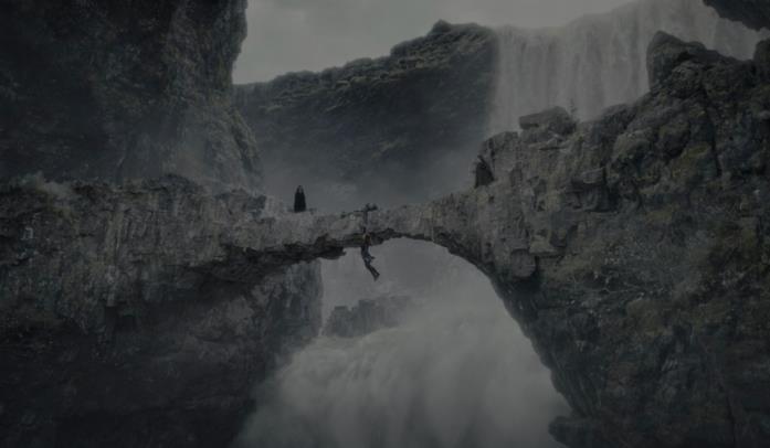 Il ponte di pietra che sovrasta la cascata