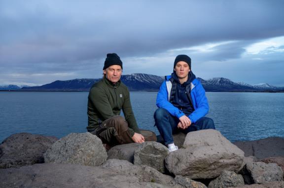Nikolaj Coster-Waldau e Joe Cole seduti su alcune rocce
