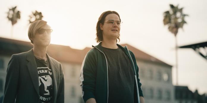 Marius Ahrendt e Leonard Scheicher in una scena della serie Il codice da un miliardo di dollari