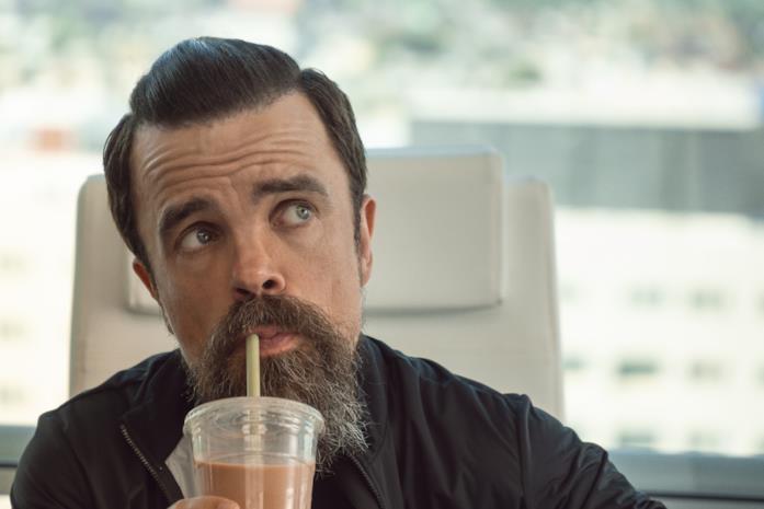 Roman beve un milkshake