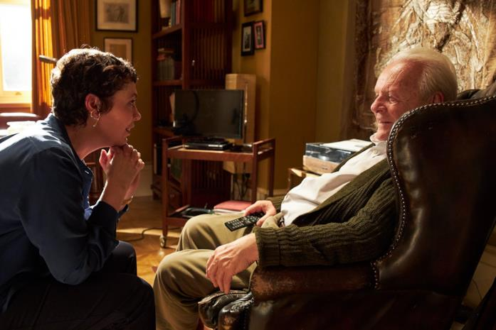 Olivia Colman e Anthony Hopkins conversano in una scena di The Father