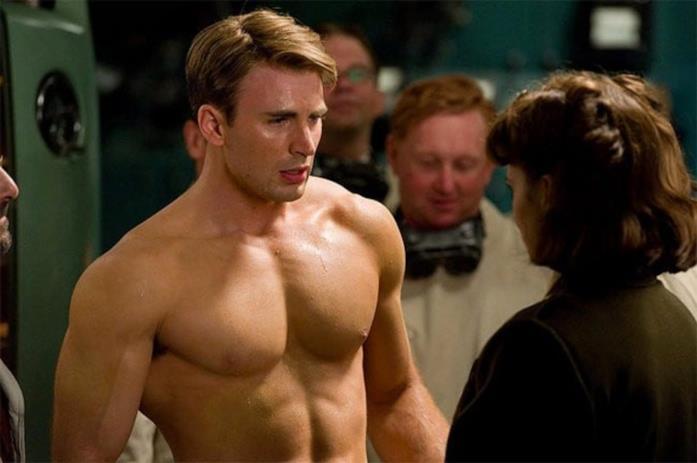 Chris Evans sfoggia i pettorali in una scena di Captain America - Il primo Vendicatore